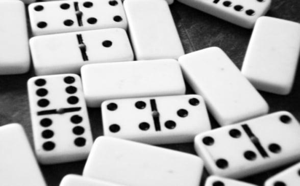 Resultado de imagem para jogando dominó