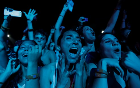Fans react as U.S. singer John Mayer performs at the Rock in Rio Music Festival in Rio de Janeiro September 21, 2013. REUTERS/Ricardo Moraes (BRAZIL - Tags: ENTERTAINMENT) FOR EDITORIAL USE ONLY. NOT FOR SALE FOR MARKETING OR ADVERTISING CAMPAIGNS